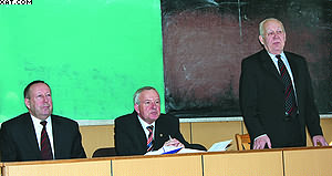 Президиум конференции (слева направо): профессора СПбГЛТА Владимир Сергеевичев, Анатолий Чубинский, Владимир Онегин