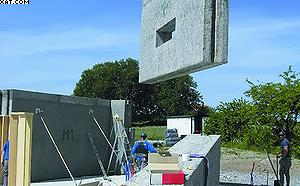 Фото 3. Установка панели на фундамент и ее фиксирование