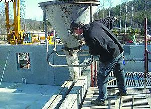 Фото 4. Укладка стальной арматуры и заливка бетона