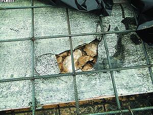 При обследовании установлено, что армирование монолитной плиты камина выполнено на подсыпке из песка толщиной 100 мм