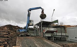 Перегружатель TerexFuchs подает отходы для измельчения в рубительную машину Vecoplan VTH 65/20/3