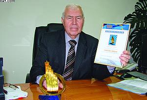 Генеральный директор ОАО «Лесплитинвест» Анатолий Бычков с наградой «Европейский стандарт»