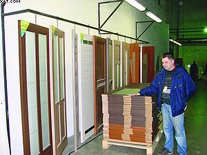 Директор по производству ОАО «Леспплитинвест» с гордостью демонстрирует продукцию предприятия – межкомнатные двери «Ладора»