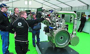 Новый двигатель в павильоне John Deere