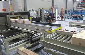 Изготовление клееного профилированного бруса и комплектов деревянных домов из него ведется на самом современном оборудовании