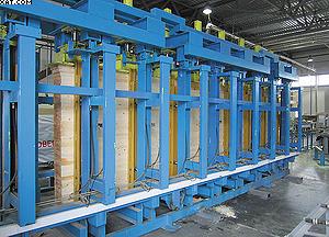 Электрогидравлический пресс словенской фирмы Ledinek позволит склеивать ламели длиной от 3 до 13,5 м