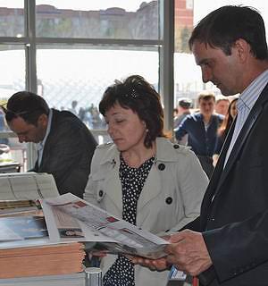 Посетители выставки ориентируются по планировкам, размещенным в газете «ЛесПромФОРУМ»
