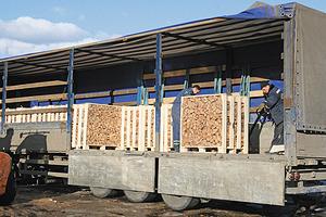 Погрузка дров для отправки в Норвегию