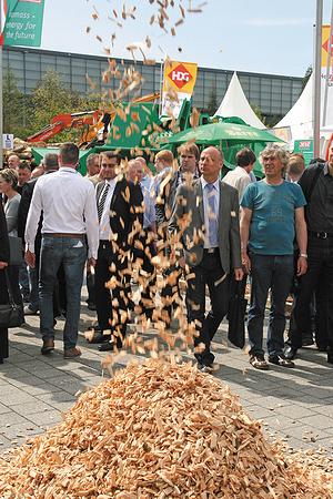 Демонстрация работы рубительной машины на открытой площадке выставки Ligna