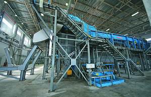 Ленточный конвейер Holteс транспортирует  окоренную древесину к стружечному станку