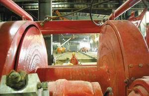 В процессе подготовки на пол завода были установлены крупногабаритные лебедки для обеспечения движущей силы, способной переместить сушилку весом 454 тонны