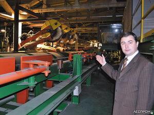 Сергей Паклин, зам. генерального директора по персоналу, на участке раскроя сырья