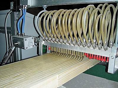 Клеенаносящая машина ООО «АСД-техника»: процесс нанесения полиуретана