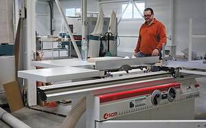 На форматно-раскроечном станке SCM si400 NOVA деталь раскраивается с припуском на 2-3 мм